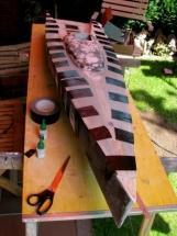 Black Pearl 24_Rumpf und Deck sind verklebt und mit Klebeband fixiert
