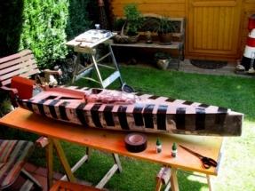 Black Pearl 25_Rumpf und Deck werden nach dem Vekleben mit Klebeband fixiert