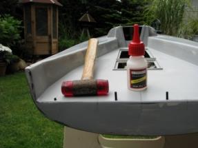 Black Pearl IMG_1682 Die Roehrchen zur Aufnahme der Reelingstuetzen werden vor dem Lackieren eingesetzt