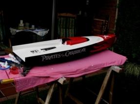 Black Pearl IMG_1775 Bevor der Klarlack aufs Boot kommt muessen die Beschriftungen aufgebracht werden