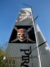Black Pearl IMG_2589 Das Markenzeichen des Sponsors, der Piratenkopf im Grosssegel